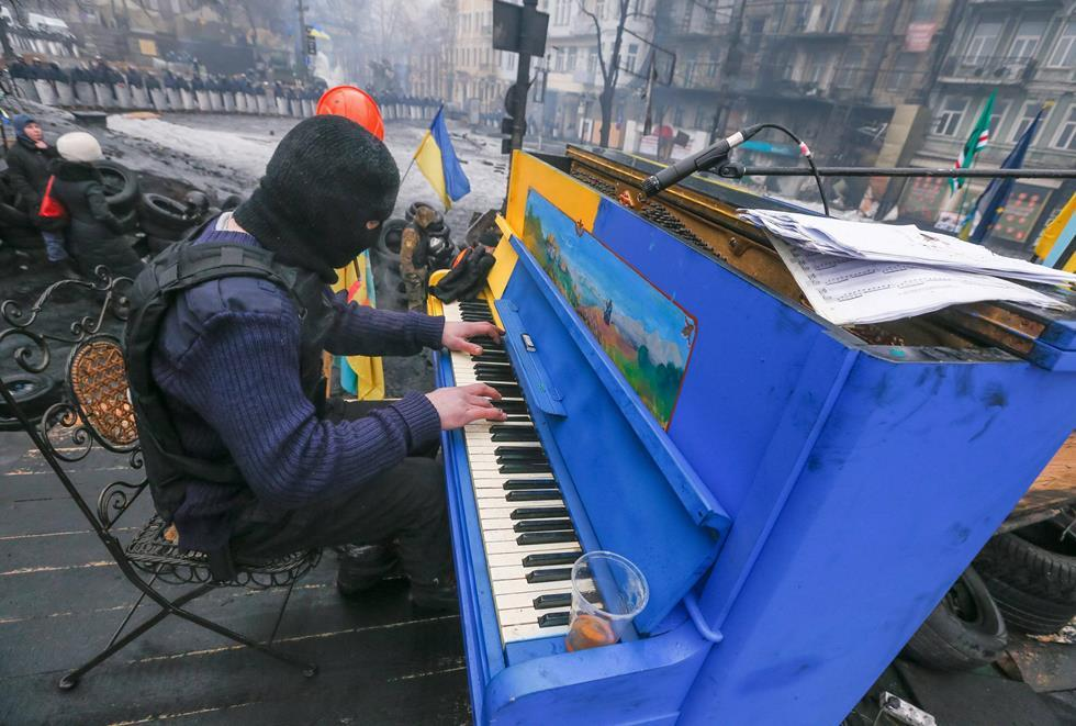 Playing Piano Durante la Revolución Ucrania