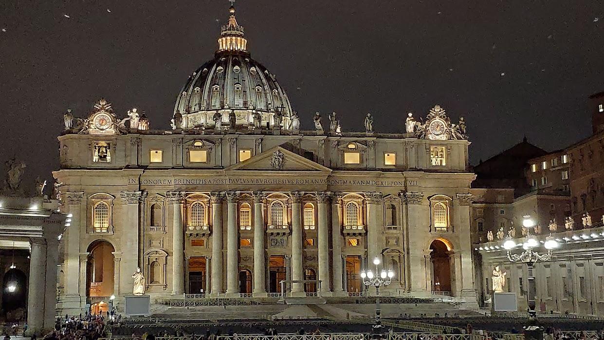 Der Petersdom bei Nacht.
