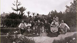 Familias Martínez Soler, Soler Márquez y Figuera de Vargas, enriquecidas con la minería, en el jardín del Cortijo de Campos, a finales del siglo XIX.