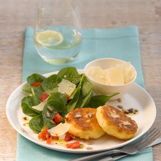Kartoffeltaler mit Spinat-Tomaten-Salat