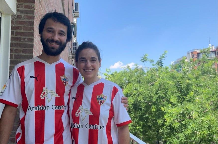 Gabriel y Laura, apoyando al Almería.