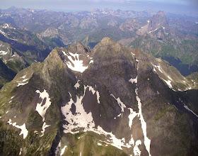 Photo: Vision sur le Pic Lurien 2826 m, pic du Midi d'Ossau à sa droite en arriére. Tout à l'horizon sommets d'Aspe (Espagne)