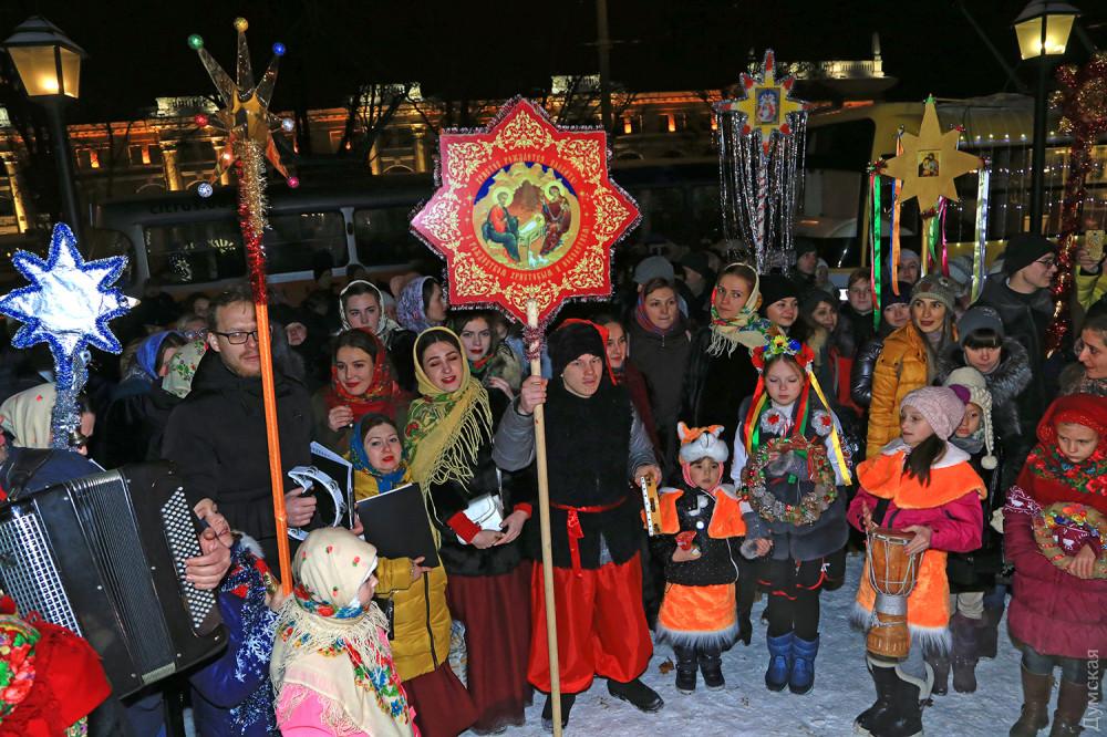 По Одеccе проехал краcoчный парaд рождественских трамваeв  - 4