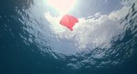 Vue sous-marine d'un sac plastique de couleur vive dans l'eau