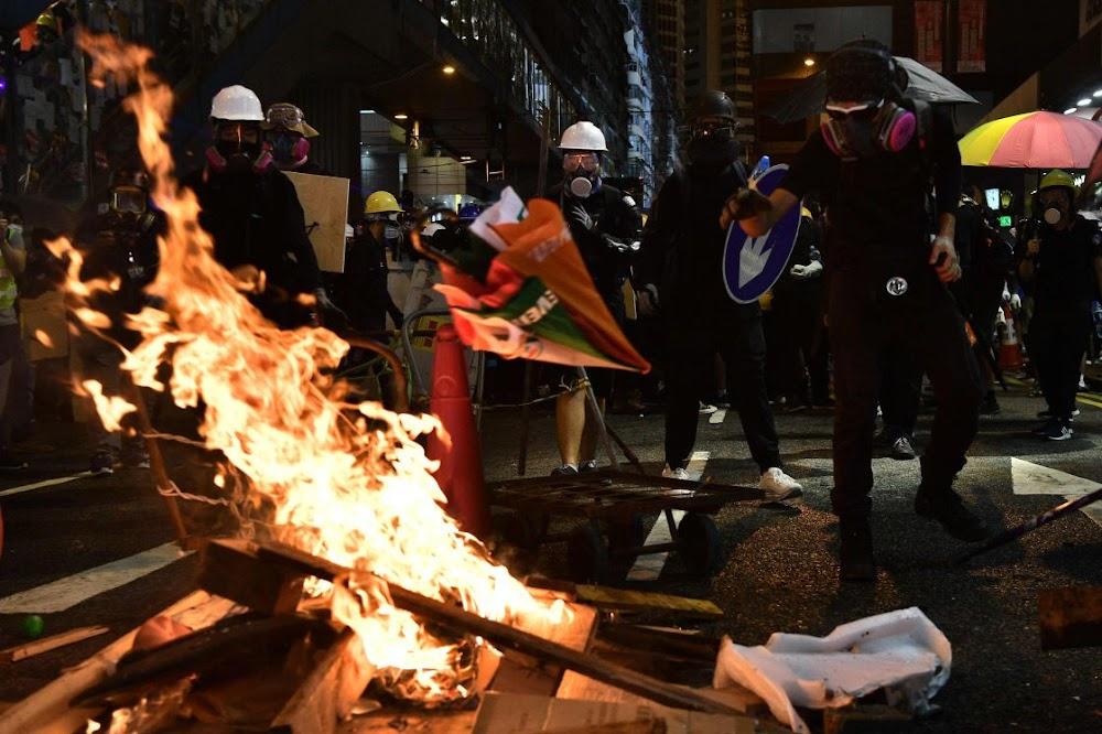 Die tweede nag van traangas as betogers van Hong Kong China trotseer