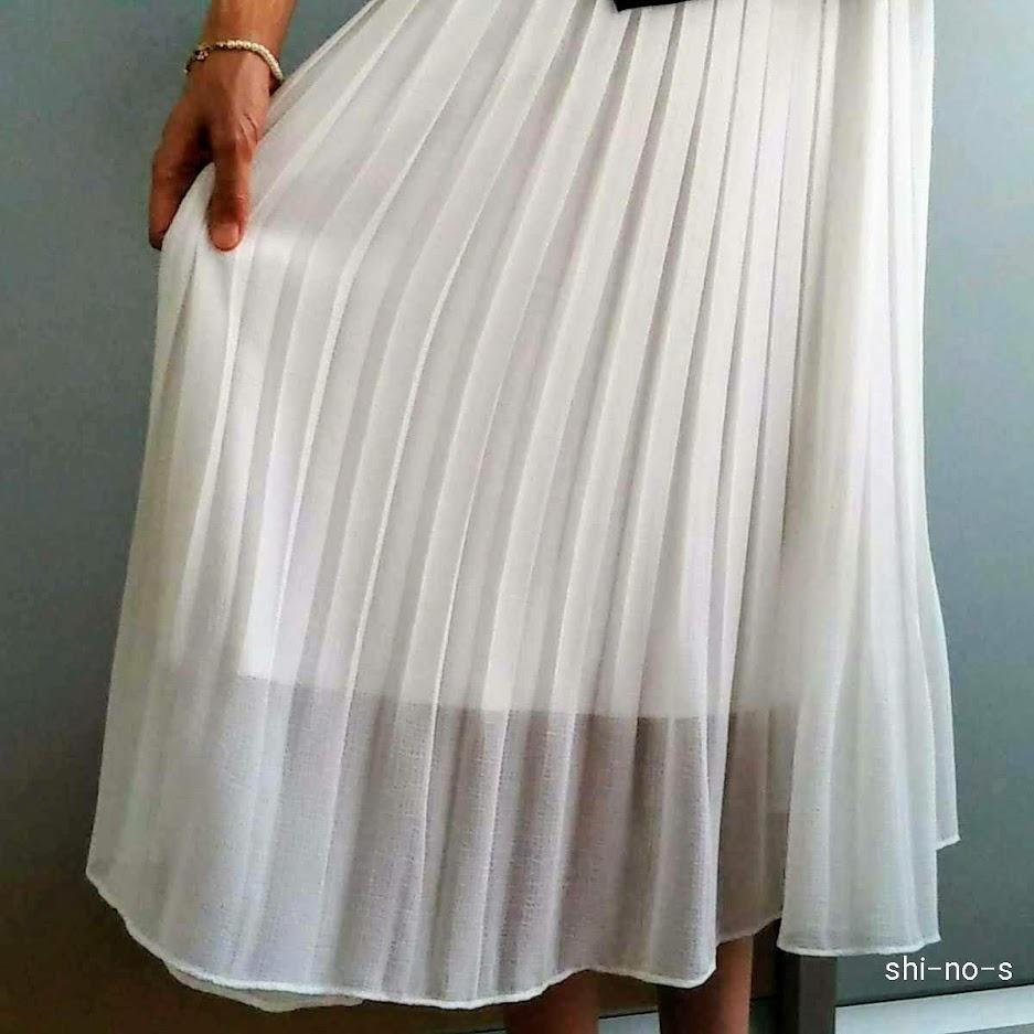 白のプリーツスカート