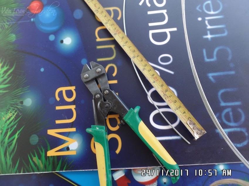 Mỗi chậu cần 8 cọng dây kẽm để cố định chậu, mỗi cọng dài khoảng 15cm