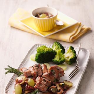 Rosmarin-Spieße mit Zucchini-Traubensauce