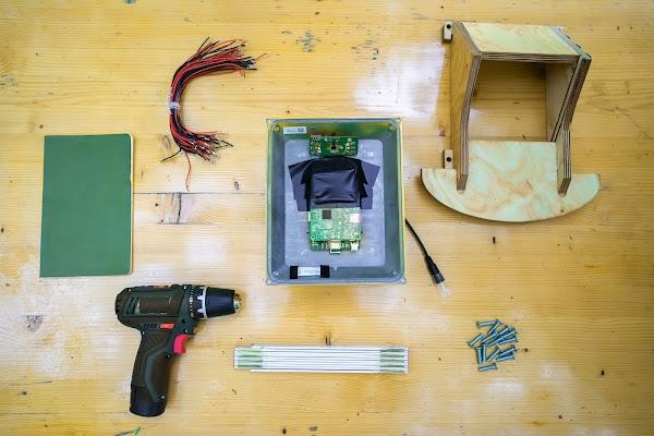 Um monitor de colmeia desmontado