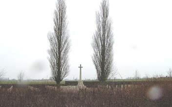 Photo: Cimetière militaire à l'approche d'Ypres