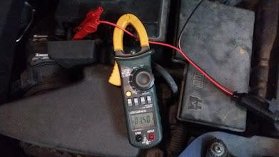 Photo: Le hago pruebas de carga y cuando la batería está al 25% carga a 5 A. Al 50% carga 4 Amperios.... y cuando está al 90% carga a 1,5 amperios. Lo máximo que he visto son 6 amperios con la batería descargada, no llega a los 7 que anuncia que tiene.
