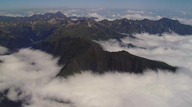 Photo: Au premier plan les crêtes de Héche Barrade dans le prolongement du plat d'Adet (Saint Lary). A l'horizon à gauche le pic du Midi de Bigorre et à droite le pic de l'Arbizon.