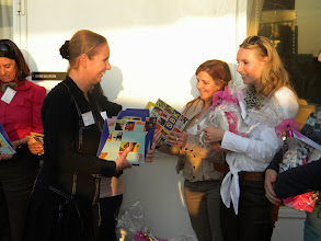 Photo: Stichting Beeldende Kunst Amsterdam reikt prijs uit aan winnaars businessgame Secretaresse Goeidag 19 april 2011.