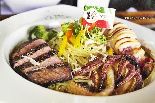 Mr. Wheat小麥先生創意料理-清炒蒜辣小卷牛排海陸雙拼麵+一品花雕雞鍋,份量大又美味,超過癮!