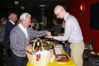 Photo: Der begehrte Kuchenstand. Links vorne, Werner Nöthiger ehemaliger musiklalischer Leiter der Grosformation Tschopphof