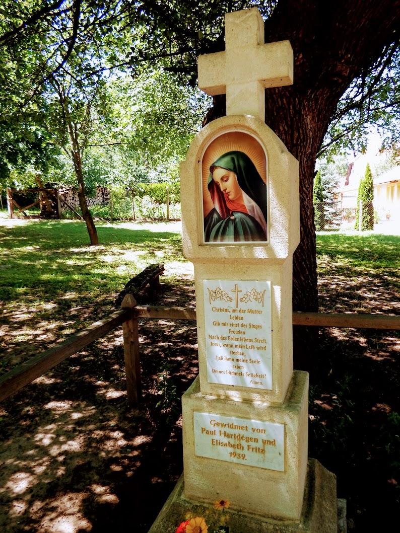 Vértesboglár - Fájdalmas Szűzanya képoszlop a keresztút első stációja előtt