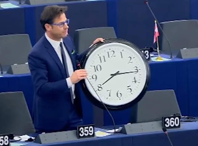 Parlamento europeo abolisce passaggio dall'ora solare a quella legale