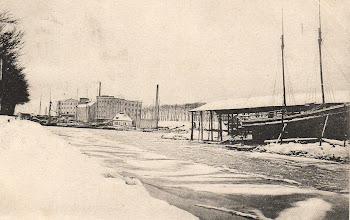 Photo: 1908 Odense Havn. Den store bygning er Munke Mølle. Til højre ses skibsværft.