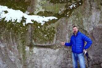 Photo: Érdekes véset a Szentendrei-barlang feletti sziklafalon.