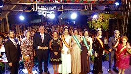 La alcaldesa de Gádor, el pregonero y los homenajeados en la gala inaugural de las Fiestas.