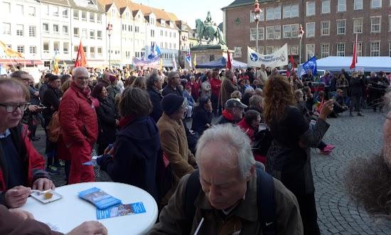 Zahlreiche Menschen mit Fahnen und Transparenten.