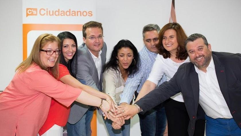Almudena Serrano segunda por la izquierda, en las primeras elecciones autonómicas de la formación