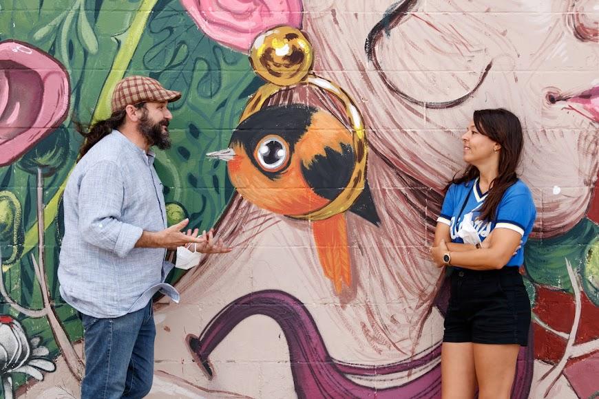 Raúl de Tapia frente al mural desarrollado de manera conjunta por los artistas Isaac Malakkai y  Ana Langeheldt (en la foto).