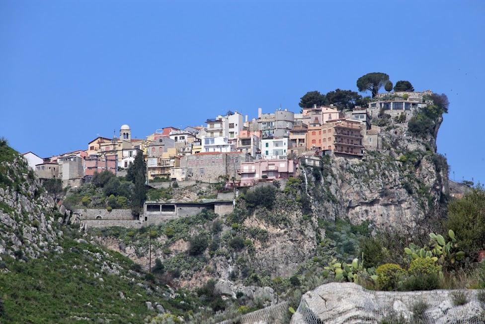 widok na Castelmola z Teatro Greco w Taorminie