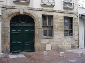 Photo: Subtle signs of the Wall appear in many places. Here, at 2-4 Rue Antoine Dubois, the door and ground floor windows are not perpendicular to the façade, showing the Wall's presence here.