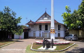 Photo: Rumah kediaman H. Andi Mappanyukki, Raja Bone ke 32, dibangun tahun 1935, terletak di Jalan Kumala Nomor 160 Makassar. Di rumah ini, pada tanggal 15 Oktober 1945 diadakan pertemuan raja-raja Sulawesi Selatan yang melahirkan Deklarasi Jongaya, dan rumah ini dijadikan pusat perlawanan rakyat Sulawesi Selatan mendukung Gubernur Sulawesi Dr.G.S.S.J.Ratulangi. http://nurkasim49.blogspot.com/