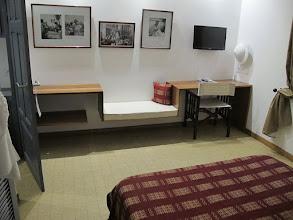 Photo: Sn4HR0312-160203StLouis, hôtel 'La Résidence', chambre, lit, coin bureau et rangement IMG_0311