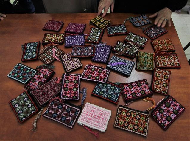 Vesker og punger med det klassiske palestinske broderimønsteret. Vi selger tilsvarende produkter fra kvinnesenteret i nettbutikken.