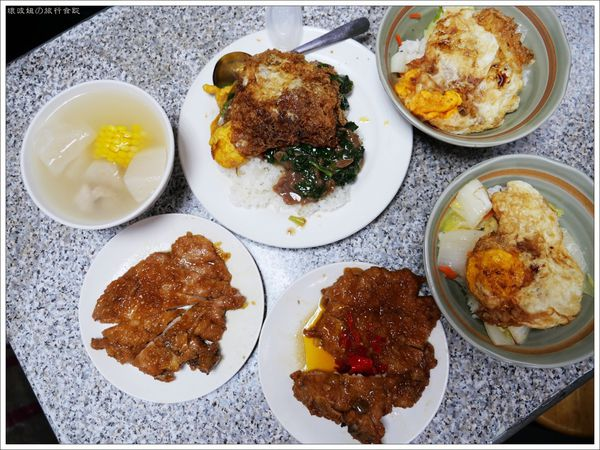 赤峰小吃舖 - 赤峰街排骨飯,要上班又不住台北的人真的好難吃到,唸了好幾年終於吃到了!