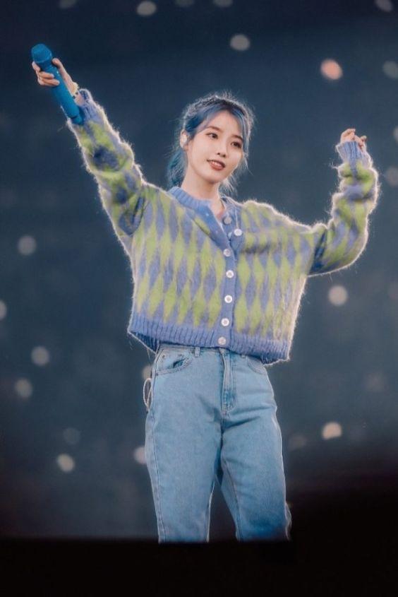 IU sweater 21