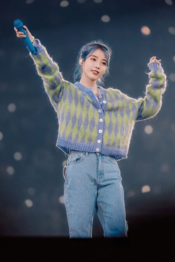 IU sweater 21