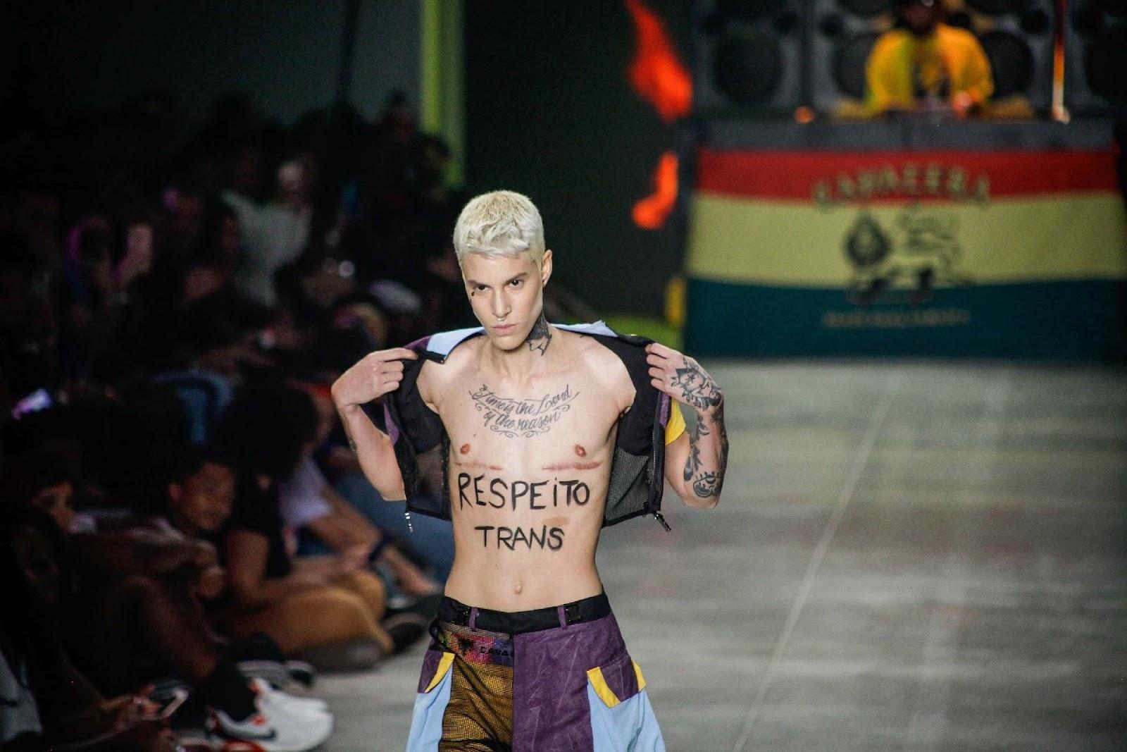 Modelo trans exibe marcas de retirada de seios em protesto na SPFW ...