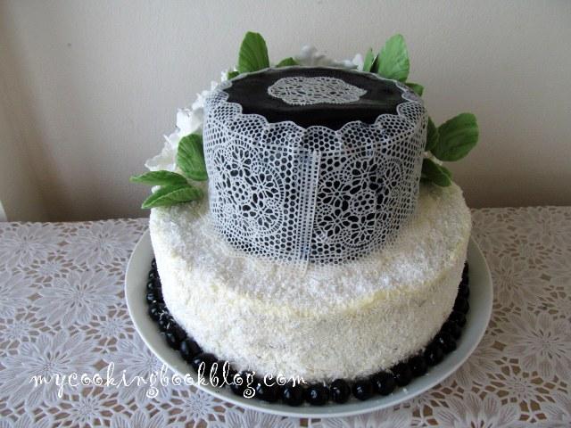 Торта с бели цветя и захарна дантела