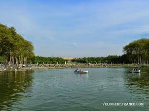 Photo: Le Grand Canal et le Château de Versailles - e-guide balade à vélo dans Versailles et son parc par veloiledefrance.com