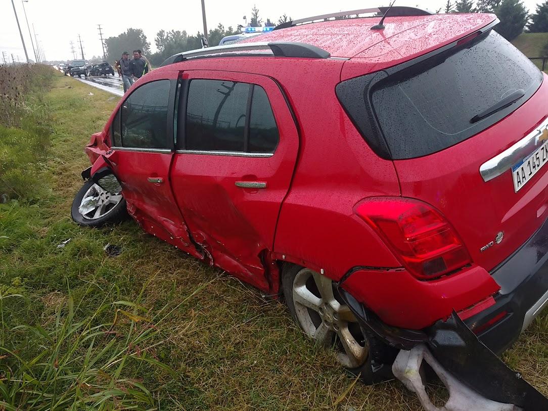 Así quedó la camioneta roja que fue impactada primero, girada en dirección opuesta a la que iba y con restos del choque esparcidos por ma´s de 20 metros.