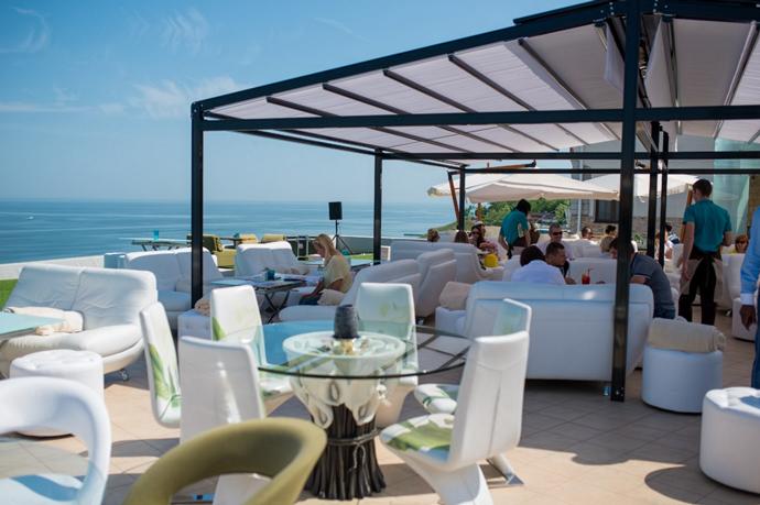 Только представьте: завтрак с восходом солнца под крики чаек и не менее романтичный ужин на открытой террасе «Рыбы».
