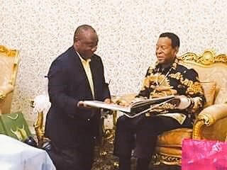 President Cyril Ramaphosa kneeling in front Zulu King Goodwill Zwelithini.