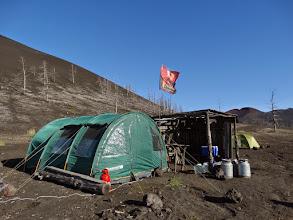 Photo: главная палатка в лагере - КУХНЯ. где же еще флагу висеть? только на главной палатке