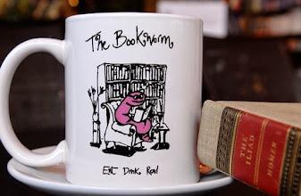 Photo: Domingo, toca hacer las maletas para nuestra ruta librera. Hoy viajamos a Beijing a la librería The Bookworm.  Bookworm dicen ellos, gusano de libro, y nosotros lo modificamos un poco y hablamos de rata de biblioteca, pero poco importa el animal cuando el significado es el mismo: amante de los libros. Esta librería, en constante expansión, cuenta con más de 16.000 títulos entre sus estantes acompañados de un personal que, sin prisa, nos habla de letras. Cómo no perder el reloj allí, y quedarnos en su restaurante o tomar un café buscando llevarnos la taza con su famoso gusanito. Horas pasan allí sus visitantes entre veladas musicales, presentaciones, firmas... entre amigos. Personas que comparten una pasión y acaban recibiendo la noche en una espectacular terraza con una copa en la mano sin saber si hoy, será el día que improvisen una de sus famosas veladas musicales. ¿Necesitas otro atractivo? Tienen un festival propio, El Festival Internacional de Literatura Bookworm. Y eso que no os he hablado de su famosa tarta de chocolate, o sus combinados y su carta de whiskies. Fotos: http://beijingbookworm.com/