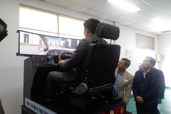 Học và thi sát hạch bằng lái xe với thiết bị mô phỏng