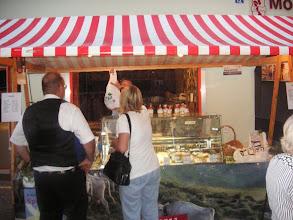 Photo: Viele Marktstände mit Bündner Spezialitäten
