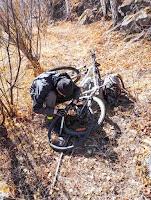 Родион проколол заднее колесо на своем велосипеде Trek и ремонтирует рабортировав покрышку, но не сняв колеса с рамы