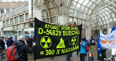 Demonstrant*innen, Transparent: «Atomic Bomb Base D-56828 Buechel = 300mal  Nagasaki»-