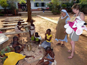 Photo: continuons malgré tout à distribuer jouets et peluches, que certains donateurs auront le plaisir de reconnaître