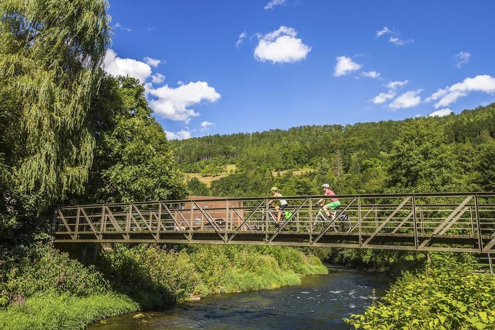 Der Weg führt die Radfahrer an vielen Stellen auch über den Fluss.