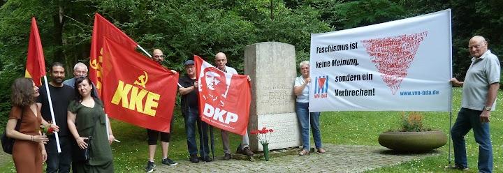 Gedenkende mit Fahnen und Transparent: «Faschismus ist keine Meinung, sondern ein Verbrechen!».